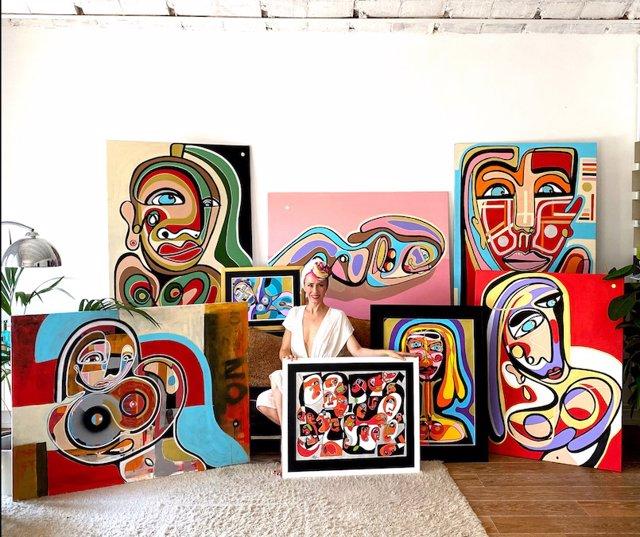 La artista y DJ Sarah Main y su obra.
