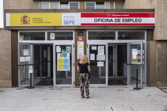 Una mujer a las puertas de una oficina del SEPE y oficina de empleo de la Comunidad de Madrid