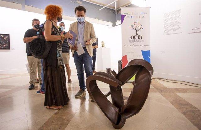 Inauguración de la exposición 'Escultura liberada. Intérpretes de la materia con Venus Petróleo' en la Casa Colón de Huelva.