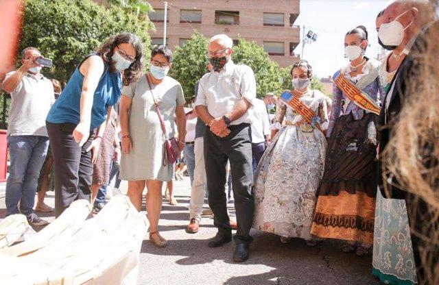 Mónica Oltra junto a Joan Ribó en la Falla Santa María Micaela-Martí l'Humà.
