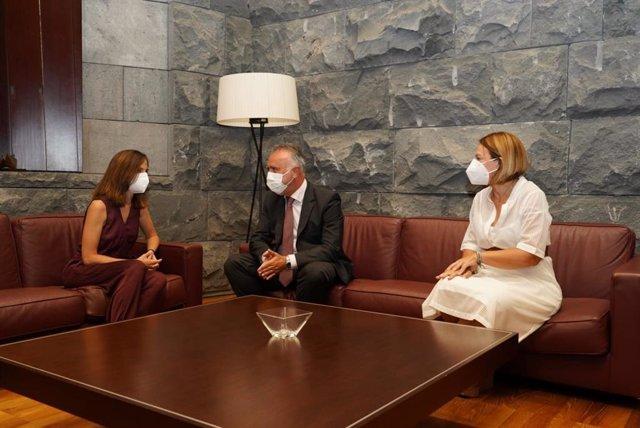 La ministra de Derechos Sociales, Ione Belarra, el presidente de Canarias, Ángel Víctor Torres, y la consejera de Derechos Sociales, Noemí Santana, en una reunión sobre los fondos de resiliencia