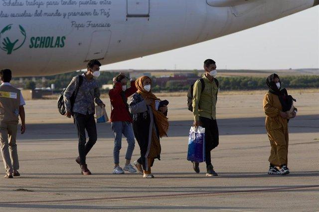 Afganos refugiados a su llegada a la Base Aérea de Torrejón, a 27 de agosto de 2021, en Torrejón de Ardoz, Madrid (España).