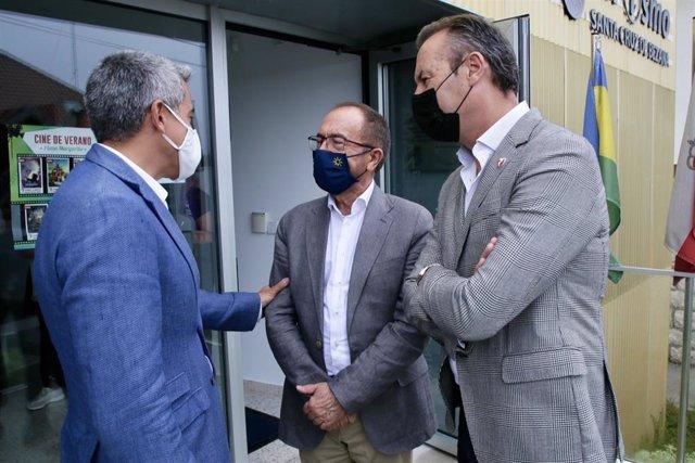 El vicepresidente de Cantabria, Pablo Zuloaga (izda); el embajador delegado permanente de España ante la Unesco, Andrés Perelló (centro), y el consejero de Medio Ambiente, Guillermo Blanco (derecha)