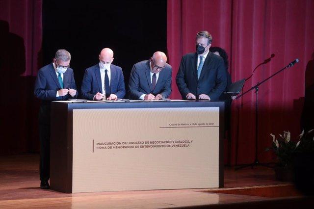 Firma del memorando de entendimiento entre el Gobierno y la oposición venezolana