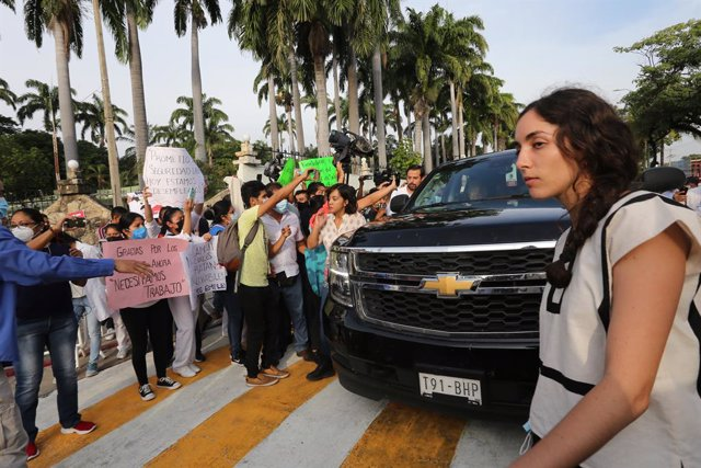 27 August 2021, Mexico, Tuxtla Gutierrez: Andres Manuel Lopez Obrador, President of Mexico, in his vehicle as several dozen of demonstrators from the teachers' union CNTE are surrounding the SUV in front of the main barracks of the armed forces in the sou