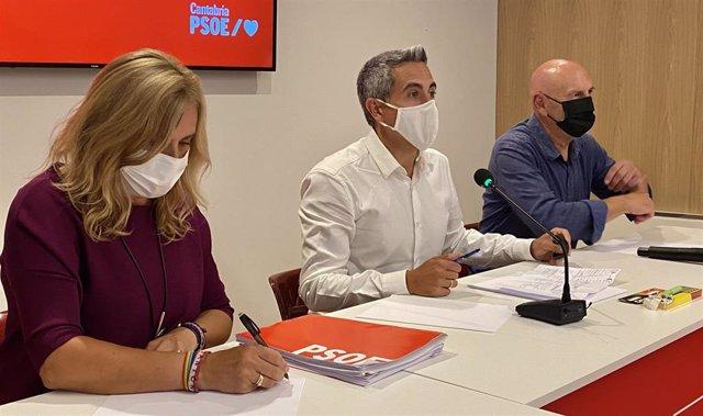 Pablo Zuloaga (centro) en la reunión de la Ejecutiva del PSOE de Cantabria