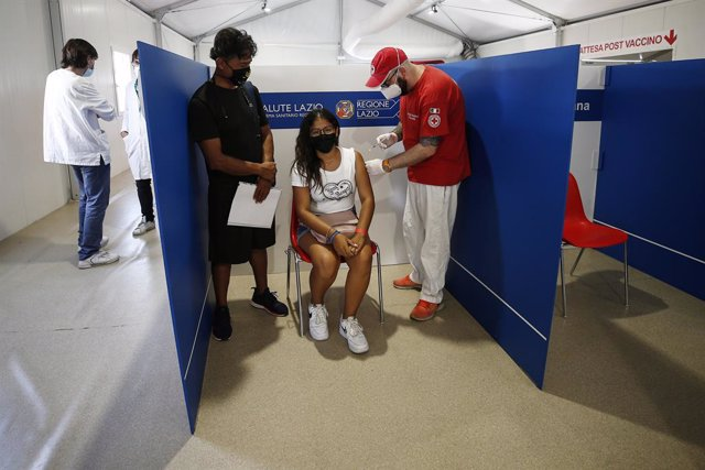 16 August 2021, Italy, Rome: Ayoung woman receives a dose of Covid-19 vaccine at a vaccination centre in Roma Termini station, as Italy started to prioritise Coronavirus vaccinations for those aged between 12 and 18. Photo: Cecilia Fabiano/LaPresse via Z
