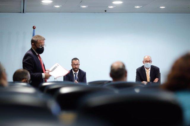 Joan León, Josep Pujol i Jaume Bonell presentant els reglaments que desenvolupen el Codi de Circulació