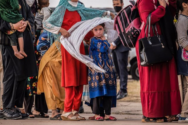 FILED - 24 August 2021, Spain, Madrid: People disembark a plane at Torrejon de Ardoz airbase in Madrid upon their arrival after being evacuated from Afghanistan in the aftermath of the Taliban takeover. Photo: Diego Radames/SOPA Images via ZUMA Press Wire
