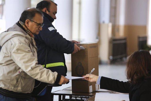 Archivo - Votantes en las elecciones primarias de Argentina de 2019