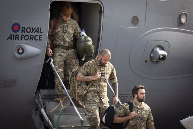 29 August 2021, United Kingdom, Carterton: UK military personnel depart a flight arriving from Afghanistan at RAF Brize Norton. The final UK troops and diplomatic staff were airlifted from Kabul on Saturday, drawing to a close Britain's 20-year engagement