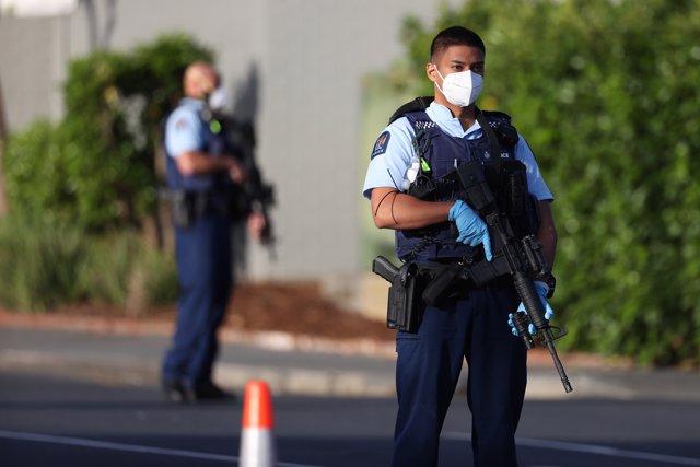 """Inmediaciones del supermercado de Auckland en Nueva Zelanda donde varias personas han sido apuñaladas por un hombre que las autoridades han identificado como un """"terrorista"""""""