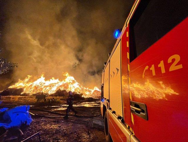 Bomberos trabajando en un incendio industrial en una fábrica de compostaje en Paracuellos del Jarama.