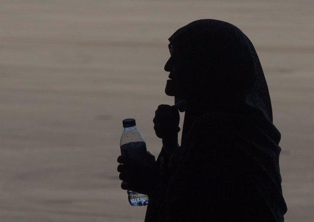 Una mujer afgana tras llegar a la Base Naval de Rota donde es atendida por EEUU.