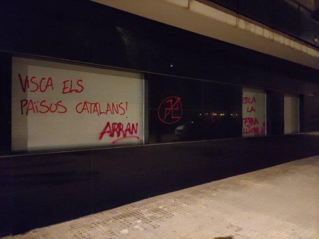 """Cs lamenta el """"cinquè atac"""" amb pintades a la seva seu de Cornellà (Barcelona)"""