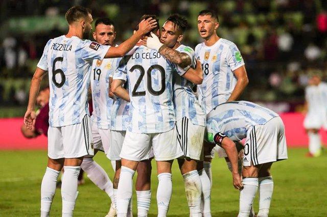 Jugadores de la selección argentina de fútbol en su partido ante Venezuela de las eliminatorias sudamericanas para el Mundial de Catar 2022