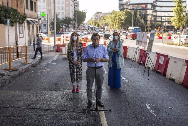 El alcalde de Madrid, José Luis Martínez-Almeida, interviene durante la visita de las obras de reurbanización del eje Joaquín Costa-Francisco Silvela, cuya primera fase acaba de concluir.