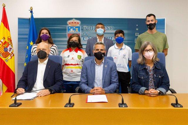 El vicepresidente y consejero de Universidades, Igualdad, Cultura y Deporte, Pablo Zuloaga, presenta, en rueda de prensa, el Concurso Mixto de Bolos de Orejo.