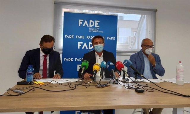 Los representantes de la mesa de turismo de FADE, José Luis Álvarez Almeida, Fernando Corral y Jaime García Martínez, presentan en rueda de prensa los datos de la campaña turística del verano en Asturias.