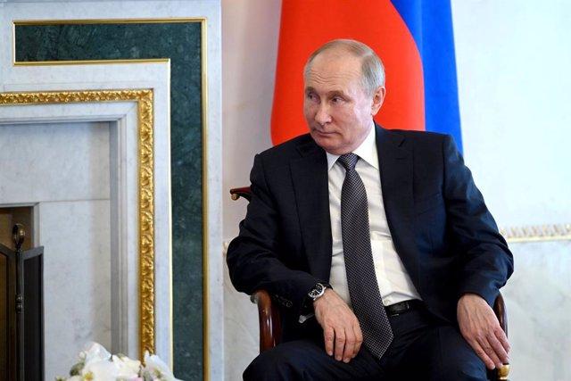 Archivo - HANDOUT - 13 July 2021, Russia, Saint Petersburg: Russian President Vladimir Putin speaks with Belarusian President Alexander Lukashenko (not pictured) during their meeting at Saint Petersburg's National Congress Palace. Photo: -/Kremlin/dpa - A