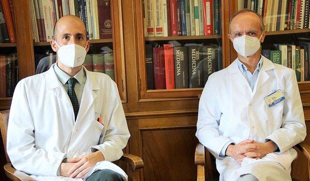 Álvaro Iglesias-Puzasel y Eduardo López-Bran, dermatólogos del Hospital Clínico San Carlos.