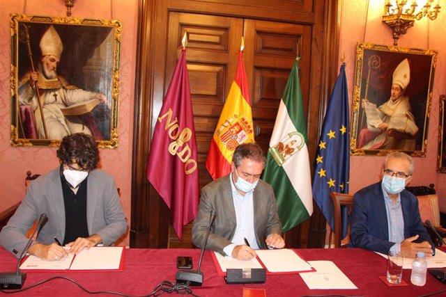 Caros Aristu, Juan Espadas y Juan Manuel Flores, durante la firma del convenio para impulsar la reducción de siniestralidad laboral