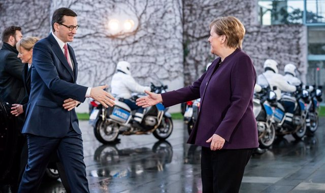 Archivo - 28 January 2020, Berlin: German Chancellor Angela Merkel (R) welcomes Polish Prime Minister Mateusz Morawiecki at the Federal Chancellery. Photo: Michael Kappeler/dpa