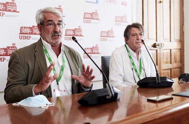 Aurelio Barricarte, Jefe de Sección de Enfermedades Transmisibles y Vacunaciones. Instituto de Salud Pública y Laboral de Navarra; y Raúl Ortiz de Lejarazu , en la rueda de prensa en la UIMP