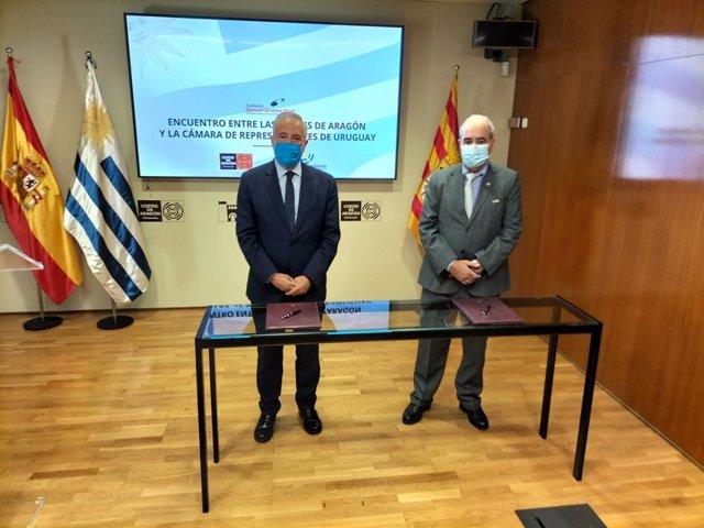 El presidente de las Cortes de Aragón, Javier Sada, y el presidente de la Cámara de Representantes del Parlamento de Uruguay, Alfredo Fratti, firman la adenda al convenio de colaboración, en el palacio de la Aljafería.