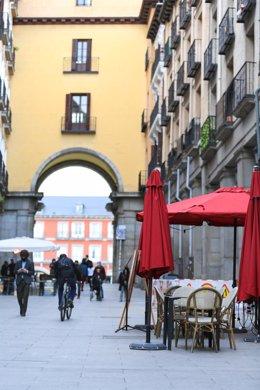 Archivo - La terraza de un bar en el centro de Madrid (España).