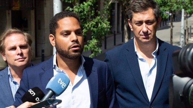 Al centre, el líder de Vox a Catalunya, Ignacio Garriga, durant unes declaracions als periodistes el 3 de setembre de 2021 a Barcelona.