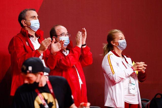 Miquel Iceta, ministro de Cultura y Deporte, junto a José Manuel Franco, presidente del CSD, en el Ariake Arena viendo el España-Estados Unidos de baloncesto en silla de los Juegos Paralímpicos de Tokio