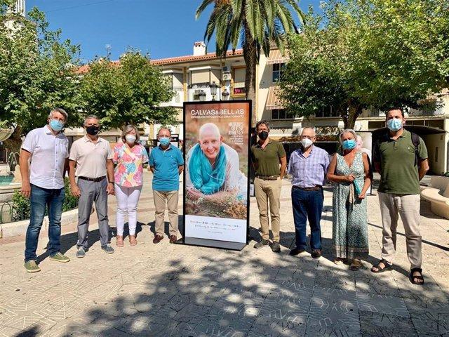 Doña Mencía inaugura la exposición 'Calvas y bellas'.