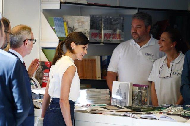 Archivo - La Reina Letizia visita uno de los puestos durante la inauguración de la 78 edición de la Feria del Libro de Madrid.