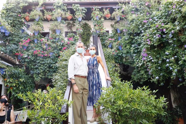 Archivo - Los Reyes de España, Felipe VI y Doña Letizia, en su visita a los patios de Córdoba.