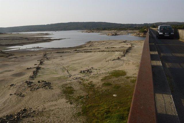 Vista general sobre el estado del embalse de Salas en la cuenca Miño-Sil, a 24 de agosto de 2021, en Galicia, (España). En Salas -en Ourense-, los informes de la Xunta de Galicia indican que su actual nivel de ocupación es del 27,3%. En el caso de Portas