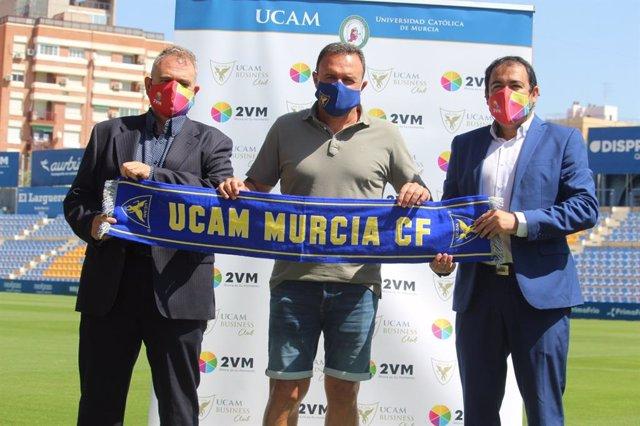 El CEO de 2VM, José Hernández (dcha) con José María Salmerón (centro)