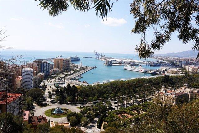 Archivo - Vistas de calles y avenidas vacías por el Estado de Alarma por el Gobierno español a causa de la pandemia del COVID-19. en la imagen Muelle 1. Málaga a 29 de marzo del 2020