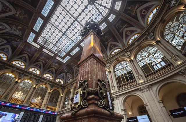 Archivo - Interior del Palacio de la Bolsa de Madrid, a 8 de julio de 2021, en Madrid, (España). El índice Ibex 35 ha comenzado la sesión de este jueves con fuertes caídas que llevaban al selectivo madrileño a perder un 1,06% tras la apertura para cotizar