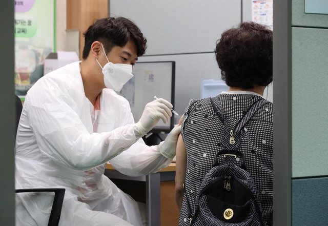 Archivo - 05 July 2021, South Korea, Seoul: A citizen gets vaccinated at an inoculation centre in Seoul, as the nation kicked off COVID-19 inoculations in the second half of the year. Photo: -/YNA/dpa