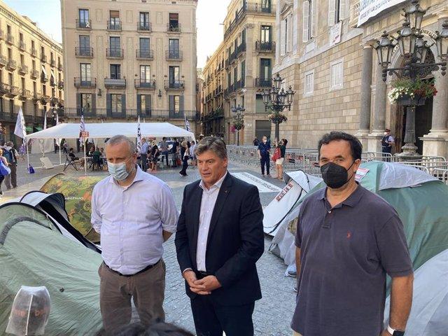 El presidente de Pimec, Antoni Cañete, en su visita a la acampada del ocio nocturno en plaza Sant Jaume de Barcelona.