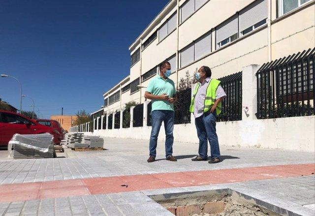 David Dorado (izda.) visita las obras junto al Colegio Duque de Rivas.