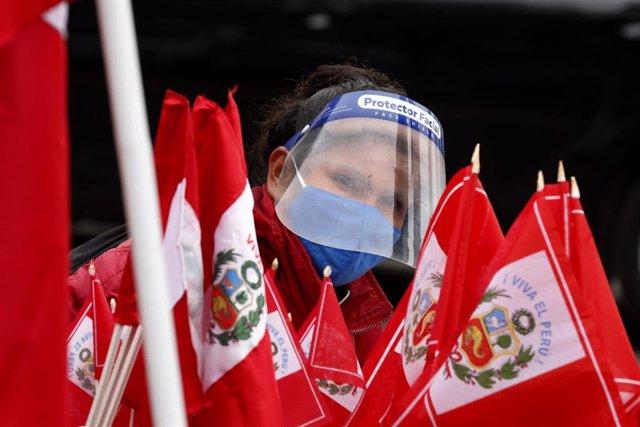 Archivo - Banderas de Perú.