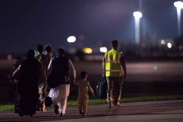 26 August 2021, United Kingdom, Brize Norton: British nationals and Afghan evacuees depart a flight from Afghanistan at RAF Brize Norton, in the aftermath of the Taliban takeover. Photo: Jacob King/PA Wire/dpa