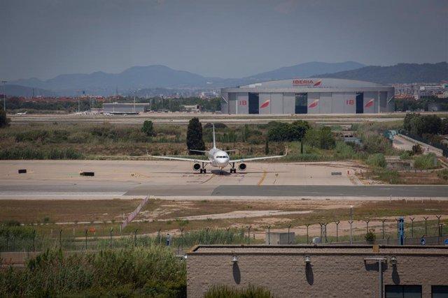 Archivo - Arxivo - Un avió en l'aeroport de Josep Tarradellas Barcelona-El Prat, prop de l'espai protegit natural de la Ricarda, a 9 de juny de 2021, al Prat de Llobregat, Barcelona, Catalunya (Espanya). La Ricarda és un espai protegit de 800 metres de