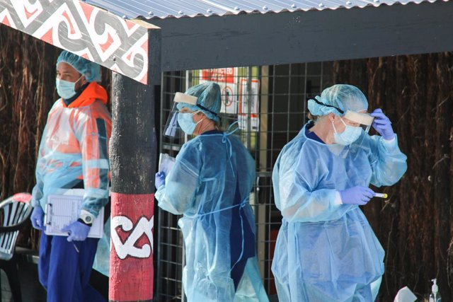 21 August 2021, New Zealand, Christchurch: Health staff work at a Covid testing station in Christchurch amid the outbreak of the coronavirus Delta variant. Prime Minister Jacinda Ardern yesterday placed areas outside Auckland and Coromandel into a further