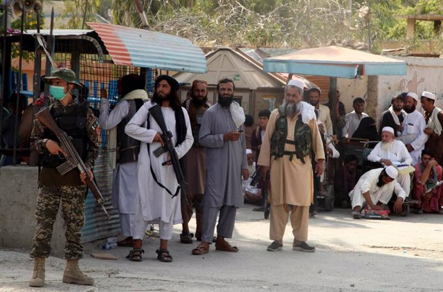 23 August 2021, Pakistan, Landi Kotal: Pakistani soldiers and the Afghan Taliban are on alert in the border town of Torkham to avoid any untoward incidents and maintain law and order as security has been tightened. Photo: Ppi/PPI via ZUMA Press Wire/dpa
