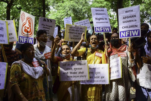 23 August 2021, India, New Delhi: Afghan refugees hold placards during an anti-Taliban demonstration demanding protection for women in Afghanistan following the Taliban takeover. Photo: Manish Rajput | Sopa Images/SOPA Images via ZUMA Press Wire/dpa