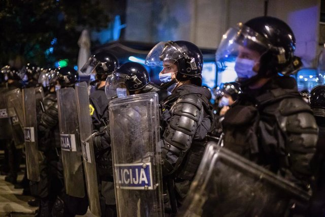 Archivo - 09 October 2020, Slovenia, Ljubljana: Riot police stand on guard during an anti-government protest. For the 25th consecutive Friday, people in Ljubljana protested against the government of Prime Minister Janez Jansa amid continuous reports of it