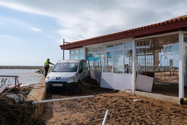 Un cotxe i una terrassa destrossats després del pas de la tempesta d'aquest dimecres en el municipi d'Alcanar (Tarragona), a 2 de setembre de 2021